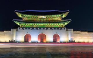 gyeongbokgung palats på natten foto