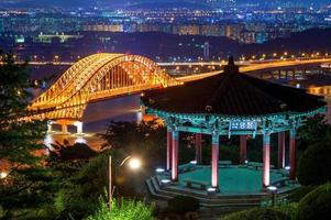 banghwa bridge på natten, korea. foto