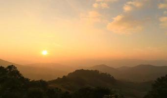 före solnedgången från bergen foto