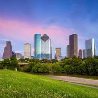 houston texas horisont vid solnedgången skymning från park gräsmatta foto