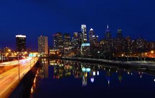 natt utsikt över stadens centrum i Philadelphia foto