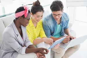 ungt kreativt team som arbetar på soffan foto