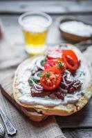 steksmörgås med grönsaker foto