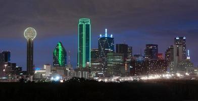 trinity river dallas texas downtown city skyline natt solnedgång foto