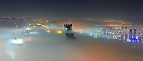i̇ Istanbul natt och dimma .. foto