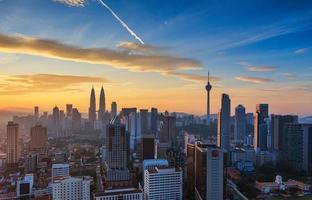Kuala Lumpur centrum vid soluppgången foto
