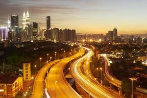 dramatiskt landskap av staden Kuala Lumpur vid solnedgången foto