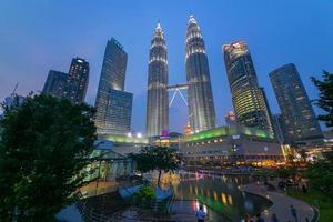 malaysia city på kvällen foto