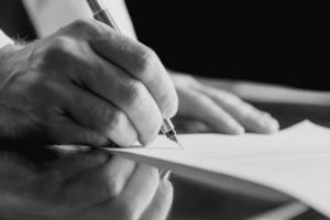 affärsman underteckna ett affärsdokument foto