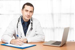 läkare som fyller i medicinskt dokument foto
