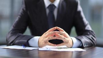 affärsman som arbetar med dokument på kontoret foto