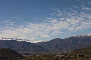 fin utsikt över Anderna bergen från la dehesa, Chile foto