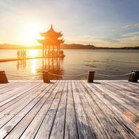 forntida paviljong i Hangzhou med solnedgång glöd