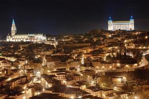 Toledo stadsbild på natten. Spanien foto