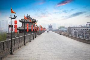 vacker antik stad av Xian i skymningen foto