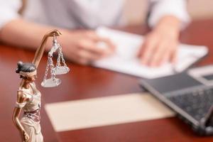professionell advokat som undertecknar dokument foto