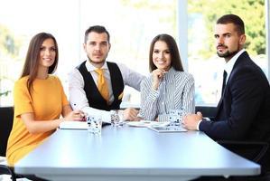 bild av affärspartners som diskuterar dokument och idéer foto