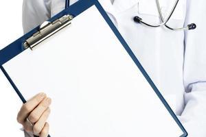 läkare med Urklipp, isolerad på vit bakgrund foto