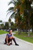 kvinna på ett skateboard foto