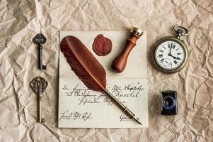 bakgrund med gammal bokstav och vintage bläckpenna foto