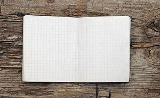 öppen tom anteckningsbok på grunge trä foto