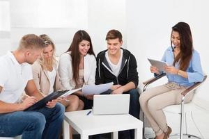 företagare diskuterar på kontoret foto