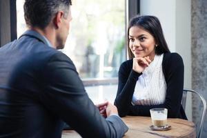 affärskvinna och affärsman diskuterar foto