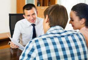 familj och bankagent diskuterar foto