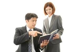 affärsman och affärskvinna diskuterar planer foto
