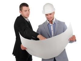två ingenjörer som diskuterar ett byggprojekt foto