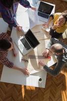 ung grupp människor som diskuterar affärsplaner foto