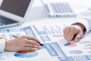 affärsmän som diskuterar diagram och grafer