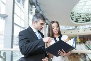 affärsman och kvinna diskuterar arbete foto