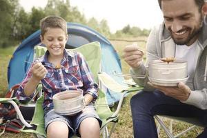 varm soppa efter lång dag på camping foto
