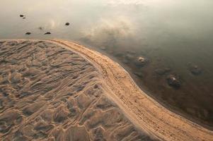 sanddyner i Khong River och vattenväxt. foto