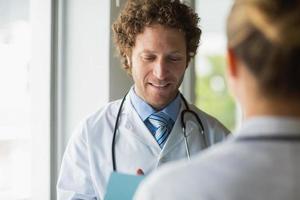 professionella läkare diskuterar foto