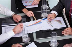 företagare diskuterar plan i office foto