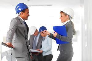 två arkitekt som diskuterar, ändrar erfarenhet. foto