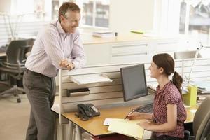 affärsman diskuterar med kvinnlig kollega foto