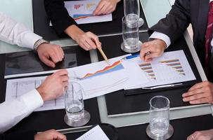 företagare diskuterar tillsammans vid mötet foto
