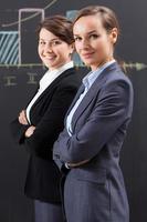 eleganta affärskvinnor som arbetar på kontoret foto