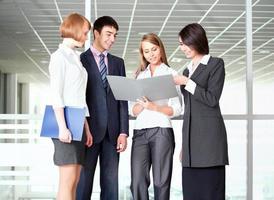 affärsmän diskuterar i en kontors korridor foto