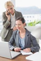 affärskvinnor som arbetar tillsammans foto