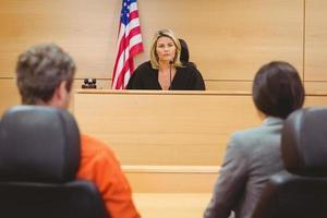 domare och advokat som diskuterar domen för fången foto