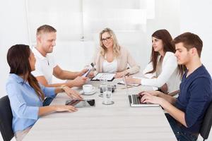 affärskvinna i möte med kollegor foto