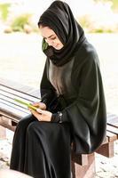 ensam arabisk kvinna är i en park. foto