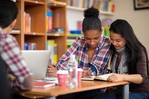 studenter som studerar för tentamen efter föreläsningen på college foto