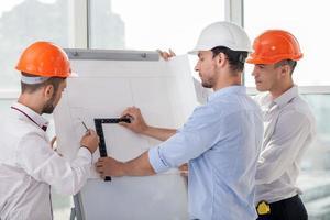 attraktiva unga byggare planerar en ny konstruktion foto