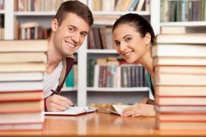 studerar tillsammans.