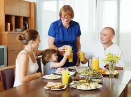 tre generationer familj tillsammans foto